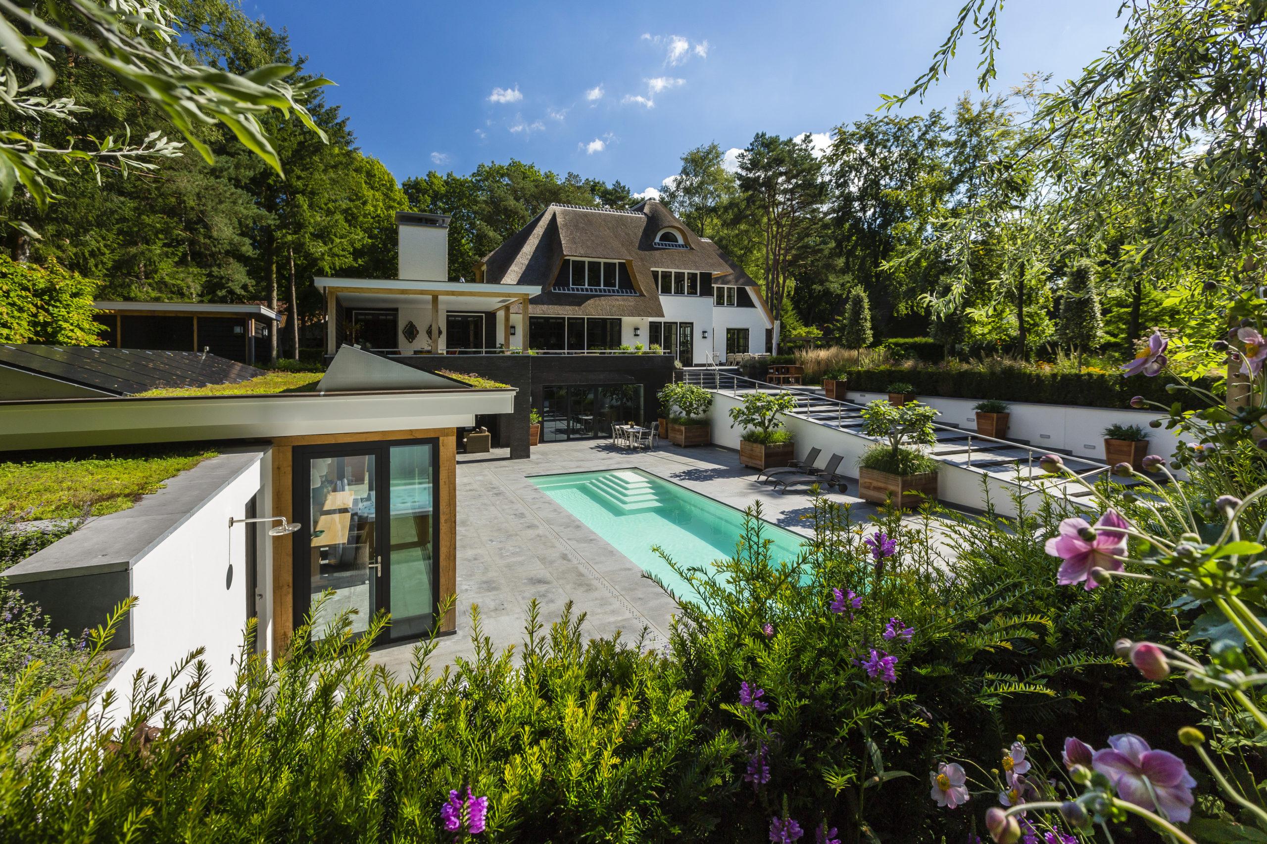 Landhuis op de Veluwe - tuin met zwembad en buitenkeuken - Lichtenberg Exclusieve Villabouw
