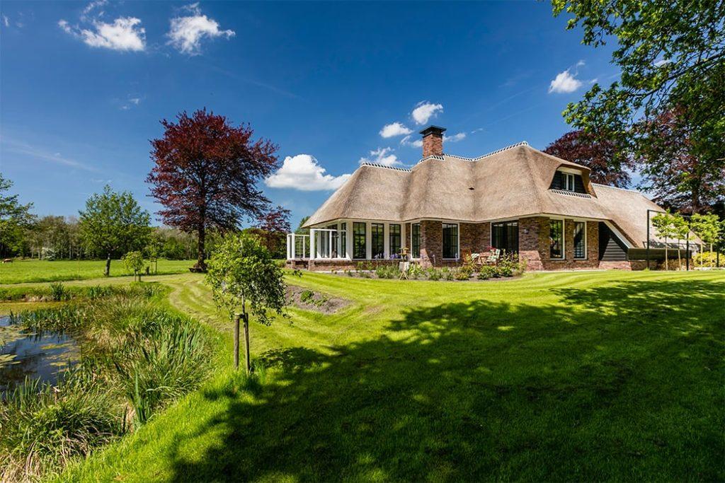 Foto bij blog Kan een villa met rieten kap in het bos? - Lichtenberg Exclusieve Villabouw
