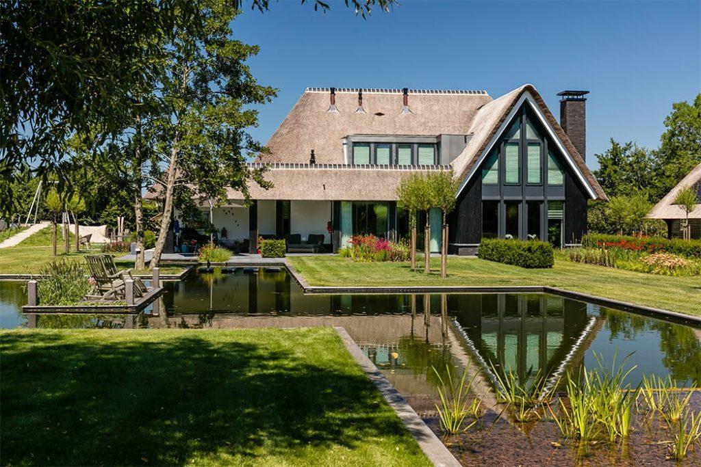 Villa te Hooglanderveen - weerspiegeling villa in het water achterzijde - Lichtenberg Exclusieve Villabouw